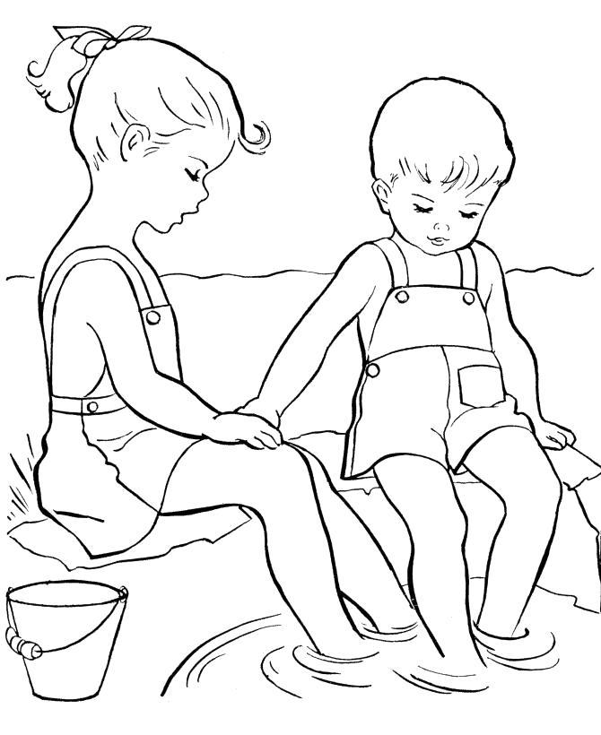 Раскраска Смотреть раскраску дети летом, дети сидят на берегу опустив ноги в воду . Скачать Лето.  Распечатать Лето