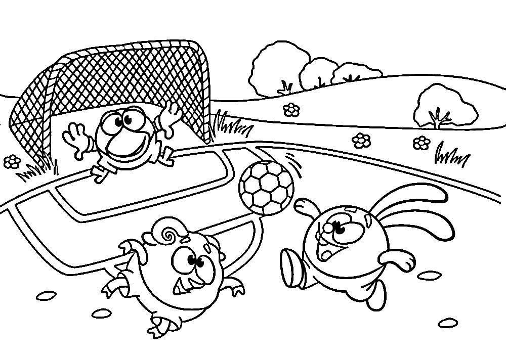 Раскраска  смешарики Крош для детей - скачать и распечатать бесплатно. Смешарики играют в футбол. Кар-Карыч на воротах. Крош дает пас Барашу. Скачать Крош, Бараш, Кар-Карыч.  Распечатать Смешарики
