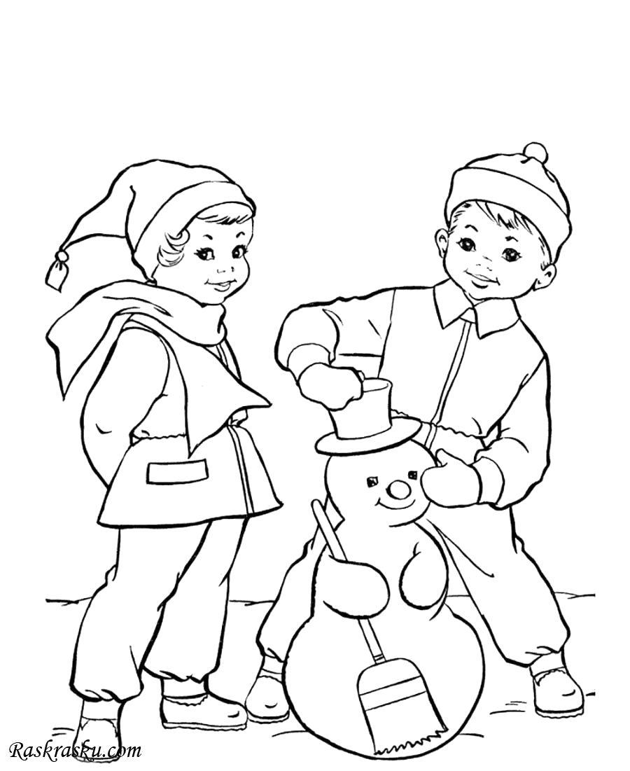 Раскраска Мальчик и девочка лепят снеговика. Скачать снеговик.  Распечатать Зима