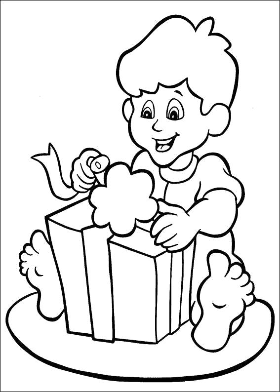 Раскраска Мальчик рад подарку. Скачать .  Распечатать