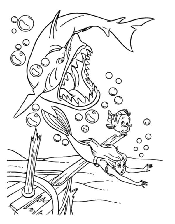 Раскраска  Ариэль с другом убегает от акулы. Скачать Ариэль.  Распечатать Ариэль