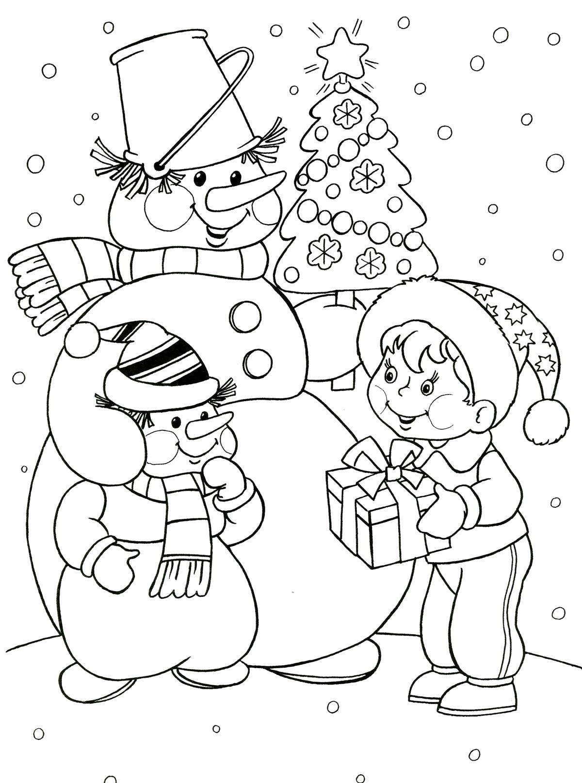 Раскраска Снеговик с малышом снеговичком, мальчик с подарком, елочка украшенная игрушками, идет снег . Скачать снеговик.  Распечатать Зима