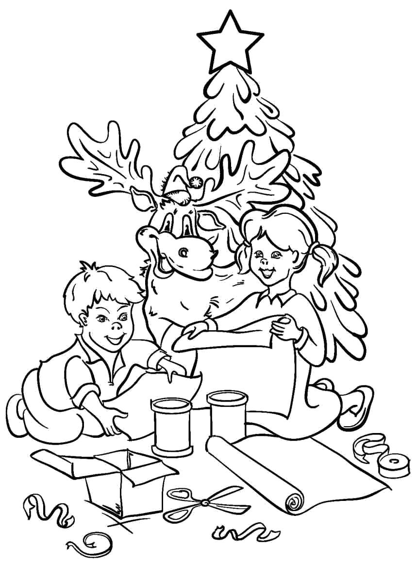 Раскраска Дети рядом с елкой что то мастерят. Рядом с ними олень.. Скачать Елка.  Распечатать Новый год